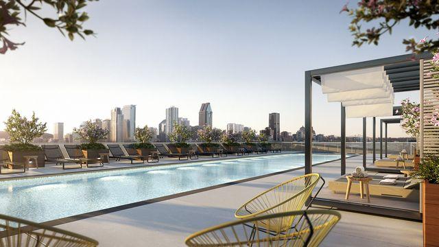 La zone piscine du Quartier Général offre des vues vers le centre-ville