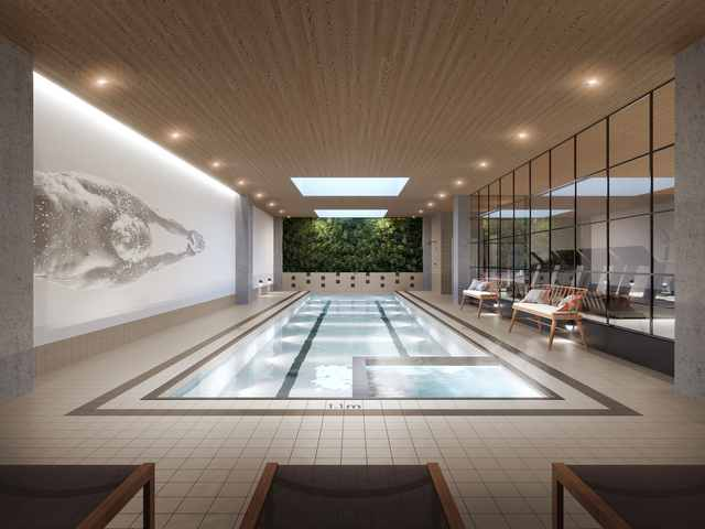 La vaste piscine intérieure avec le mur végétal du centre sportif de Quartier Général